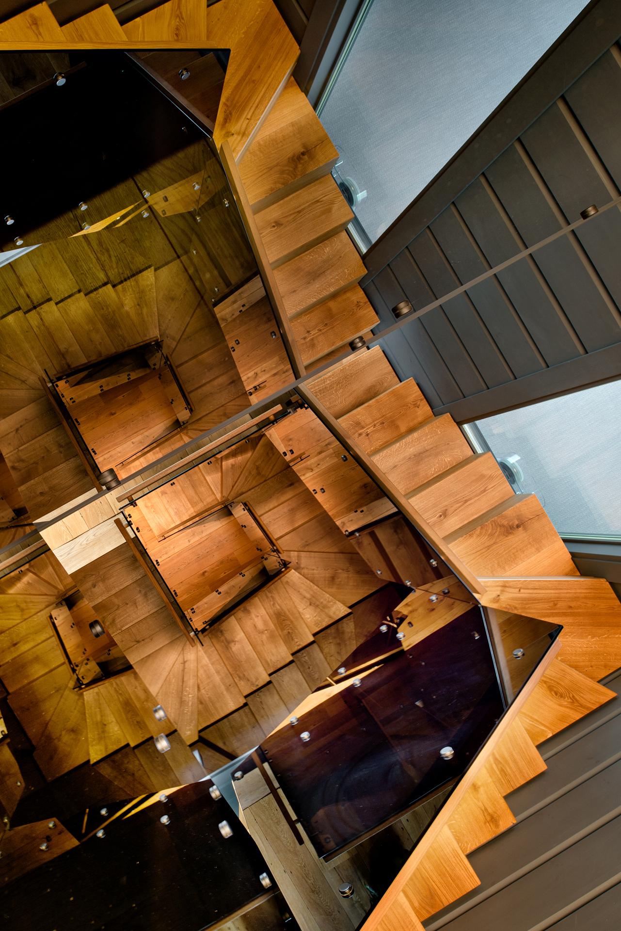 Красивая лестница в доме Хонка