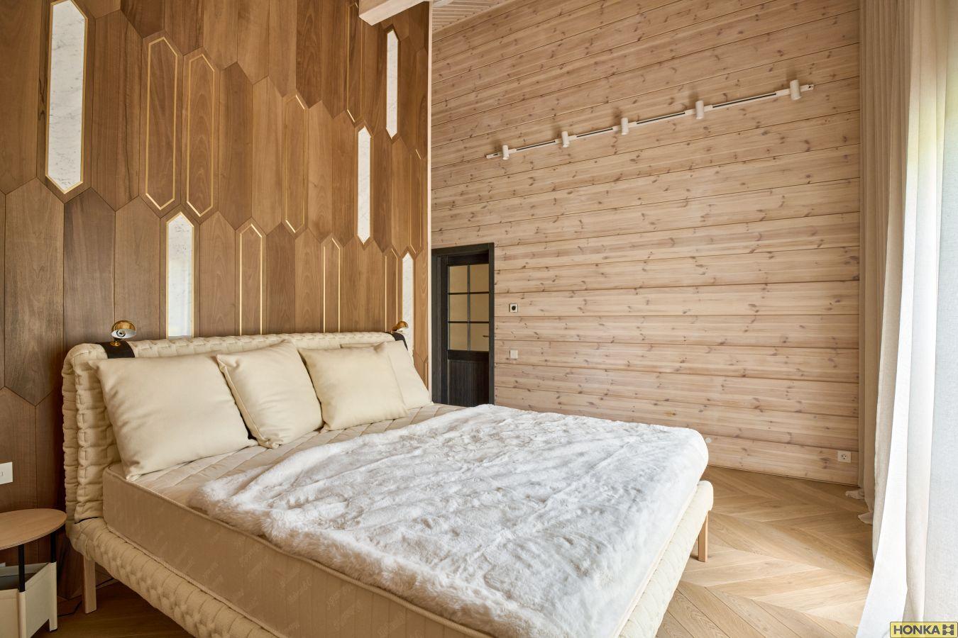 стильная спальня в доме Хонка